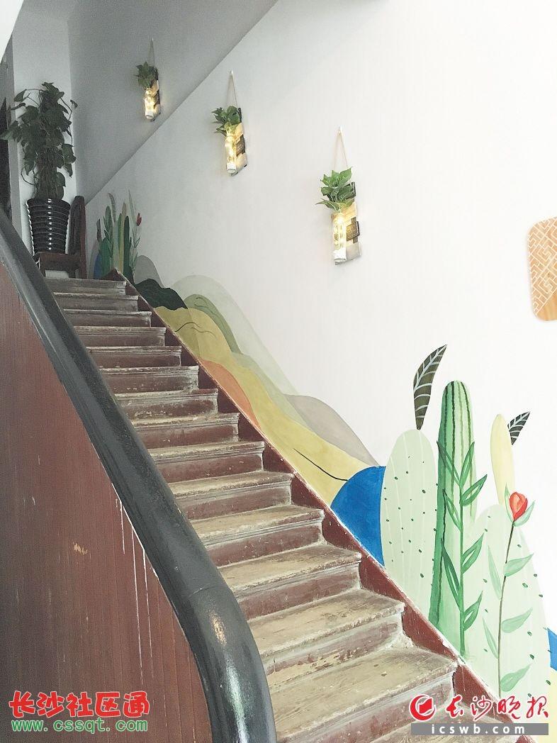 因住户特别爱养花草所以大家把这栋楼取名为最美楼栋墙壁上的设计也是同一主题