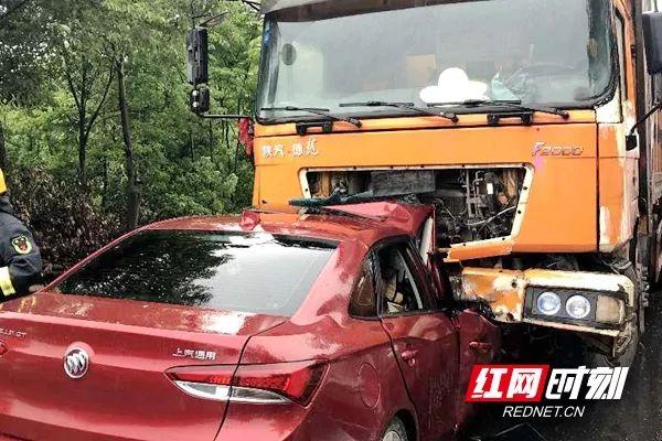 常德白鹤山附近发生一起车祸 小车与大挂车对撞 1死1伤